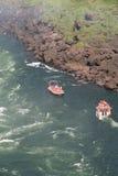 Barche di cadute dell'acqua di Iguazu Fotografia Stock