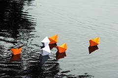 Barche di carta in acqua tranquilla Immagini Stock