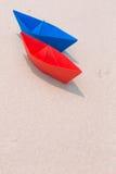 Barche di carta sulla spiaggia Immagine Stock