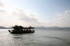 Barche di casa di galleggiamento in lago Immagine Stock Libera da Diritti