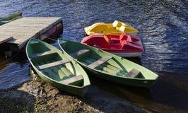 Barche di colore per le attività di sport e di pesca Fotografie Stock Libere da Diritti