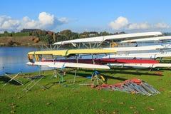 Barche di corsa sulla riva del lago Karapiro, Nuova Zelanda fotografie stock
