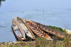 Barche di Dugged sul villaggio dello shoreThe di Sauraha sul confine o immagini stock