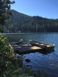 Barche di fila alpine del lago Fotografia Stock