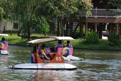 Barche di filatura del pedale nel lago zoo di Dusit Fotografia Stock