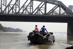 Barche di fiume che portano i passeggeri attraverso il fiume di Hooghly in Calcutta Immagine Stock Libera da Diritti
