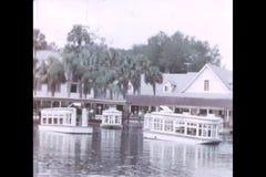 Barche di fiume in porto, Silver Springs, Florida stock footage