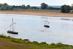 Barche di France.Two sul fiume Loire. Immagine Stock