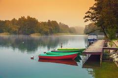 Barche di legno alla sponda del fiume Fotografia Stock Libera da Diritti