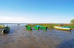 Barche di legno ancorate in piccola baia Fotografia Stock