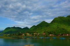 Barche di legno blu sul grande fiume davanti alle montagne verdi in Phong Nha - il KE batte, un sito del patrimonio mondiale dell Fotografia Stock Libera da Diritti