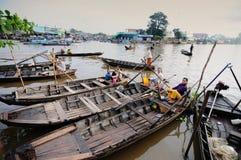 Barche di legno che aspettano i passeggeri sul fiume in Tra Vinh, Vietnam Fotografia Stock Libera da Diritti