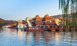 Barche di legno cinesi, lago ad ovest, Hangzhou, Cina Fotografie Stock