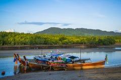 Barche di legno del pescatore sul fiume in Tailandia Fotografia Stock Libera da Diritti