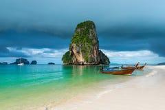 Barche di legno e un'alta scogliera nel mare, Tailandia Immagine Stock Libera da Diritti