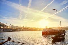 """Barche di legno portoghesi tipiche, chiamate """"rabelos di barcos """"che trasportano i barilotti di vino sul fiume il Duero con l fotografia stock"""