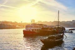 """Barche di legno portoghesi tipiche, chiamate """"rabelos di barcos """"che trasportano i barilotti di vino sul fiume il Duero con l immagine stock"""