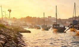 Barche di legno portoghesi tipiche, chiamate ?rabelos di barcos ?che trasportano i barilotti di vino sul fiume il Duero con la vi immagini stock