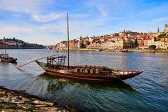 Barche di legno portoghesi tipiche, chiamate ?rabelos di barcos ?che trasportano i barilotti di vino sul fiume il Duero con la vi immagine stock