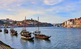 Barche di legno portoghesi tipiche, chiamate ?rabelos di barcos ?che trasportano i barilotti di vino sul fiume il Duero con la vi fotografia stock
