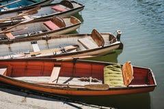 Barche di legno di Richmond Bridge Boat Hire attraccate sul Tamigi, Londra, Regno Unito fotografie stock