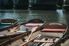 Barche di legno di Richmond Bridge Boat Hire attraccate sul Tamigi, Londra, Regno Unito fotografie stock libere da diritti