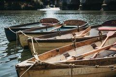 Barche di legno di Richmond Bridge Boat Hire attraccate sul Tamigi, Londra, Regno Unito immagini stock libere da diritti