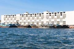 Barche di legno su insenatura nel Dubai immagini stock