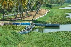 Barche di legno su una sponda del fiume Immagine Stock