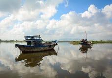 Barche di legno sul fiume Fotografie Stock