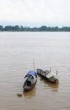 Barche di legno sul fiume di Bassac in Chaudok, Vietnam Immagini Stock Libere da Diritti