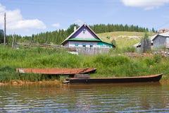 Barche di legno sulla riva del fiume Fotografie Stock Libere da Diritti