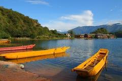 Barche di legno tradizionali che galleggiano nel lago Lugu, il Yunnan, Cina Immagine Stock