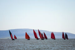 Barche di legno tradizionali con la vela rossa Immagini Stock