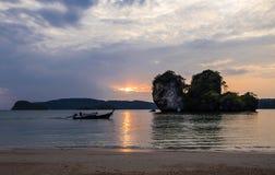 Barche di legno tradizionali tailandesi del longtail al tramonto nella provincia di Krabi thailand immagine stock