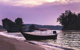 Barche di legno tradizionali tailandesi del longtail al tramonto porpora nella provincia di Krabi thailand immagine stock