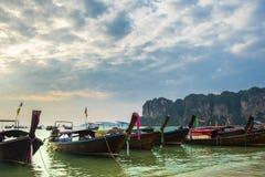 Barche di legno tradizionali tailandesi del longtail sulla spiaggia di Railay nella provincia di Krabi thailand fotografia stock libera da diritti