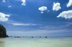 Barche di legno tradizionali tailandesi sulla bella spiaggia nella provincia di Krabi thailand fotografia stock