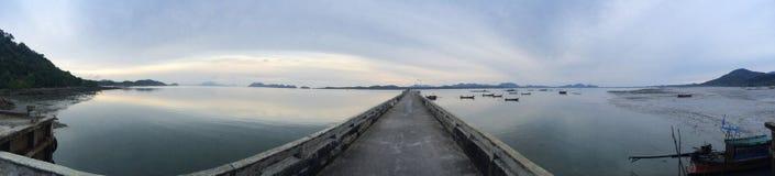 Barche di legno di vista offshore del mare del molo fotografie stock libere da diritti