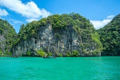 Barche di Longtail e barche di velocità nel mare vicino all'isola di Hong nella provincia di Krabi Tailandia Fotografia Stock Libera da Diritti