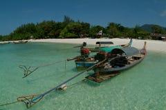 Barche di Longtail sulla spiaggia all'isola di Lepe Fotografie Stock Libere da Diritti