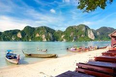 Barche di Longtale alla bella spiaggia accanto al caffè thailand Phi-phi Fotografia Stock Libera da Diritti