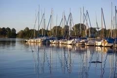 Barche di navigazione al tramonto Fotografie Stock