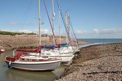 Barche di navigazione all'ancoraggio sul litorale inglese Fotografie Stock