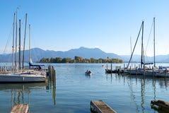 Barche di navigazione che parcheggiano in pilastro del lago Chiemsee Fotografia Stock