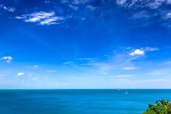 Barche di navigazione e di galleggiamento che galleggiano nel mare su un chiaro blu s Fotografie Stock Libere da Diritti