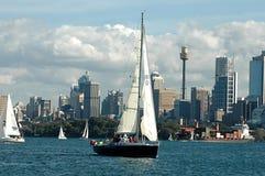 Barche di navigazione nel porto di Sydney Immagini Stock Libere da Diritti