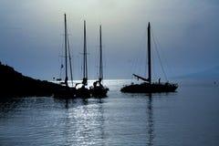 Barche di navigazione nella luce della luna Immagine Stock