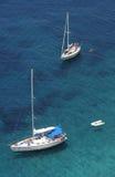 Barche di navigazione a Punta Nera sul litorale di Elba i Fotografia Stock