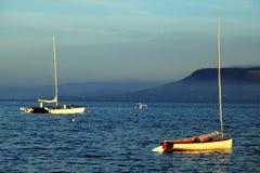 Barche di navigazione sole sul lago Balaton Immagini Stock